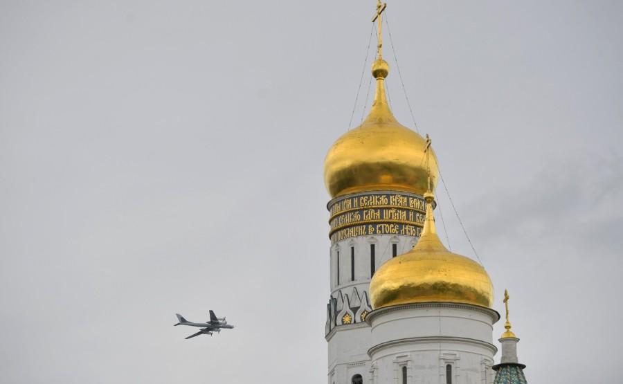 RUSSIE PH 19 SUR 26 Vladimir Poutine a observé un défilé aérien marquant le 75e anniversaire de la victoire depuis la place Ivanovskaya au Kremlin de Moscou. LziEZLkMooqrO3efwX1LePbiRMdrpQ0m
