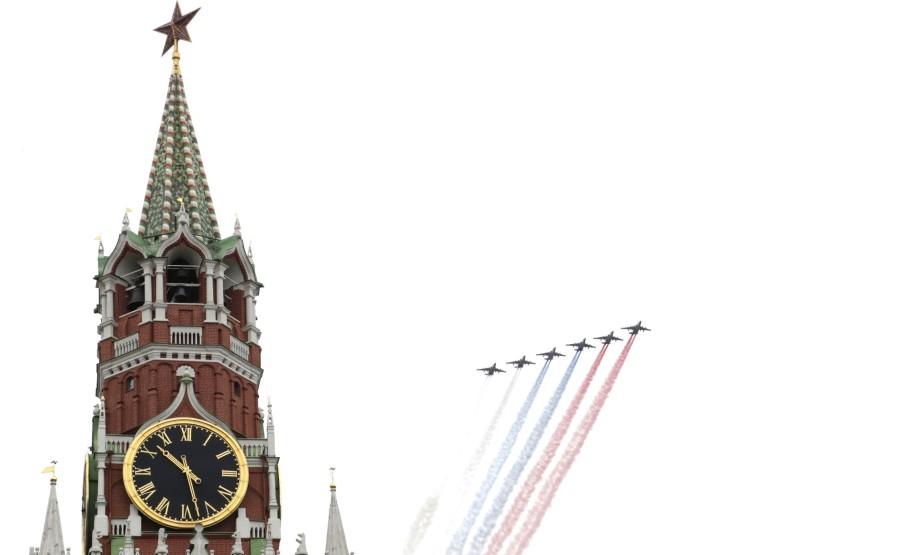 RUSSIE PH 20 SUR 26 Vladimir Poutine a observé un défilé aérien marquant le 75e anniversaire de la victoire depuis la place Ivanovskaya au Kremlin de Moscou. Photo Mikhail Metzel, TASS 2XHAdp848E9h1MFRcEIAPHA2Q1Rjsf8a