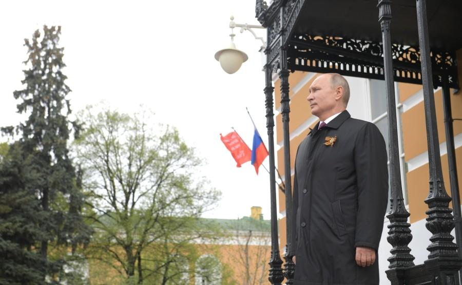 RUSSIE PH 24 SUR 26 Vladimir Poutine a observé un défilé aérien marquant le 75e anniversaire de la victoire depuis la place Ivanovskaya au Kremlin de Moscou. 3LE0dehu1AscLERlKw47AU28B0dXhAli