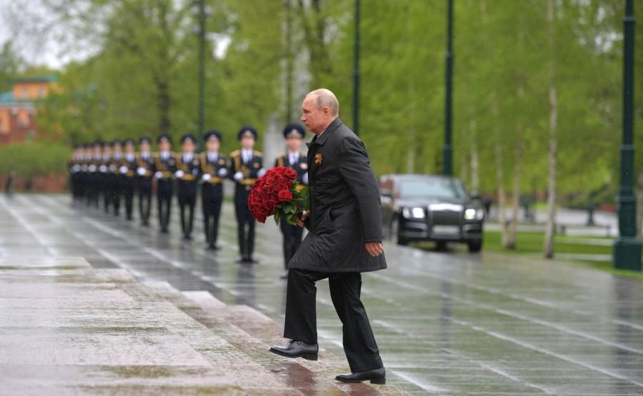 RUSSIE PH 3 SUR 26 À l'occasion du 75e anniversaire de la victoire dans la Grande Guerre patriotique, Vladimir Poutine a déposé des fleurs sur la tombe du soldat inconnu dans le jardin d'Alexandre.H8EAWJmSwgR2jGfu9gD7ulU9WABt50gh