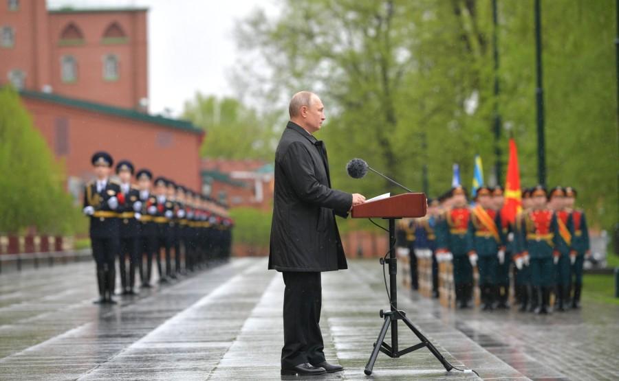 RUSSIE PH 5 SUR 26 Discours lors d'une cérémonie de pose de fleurs sur la tombe du soldat inconnu dans le jardin d'Alexandre.L9pvVaTfZDDfJAgwiURmHmsA5UGDL5ru