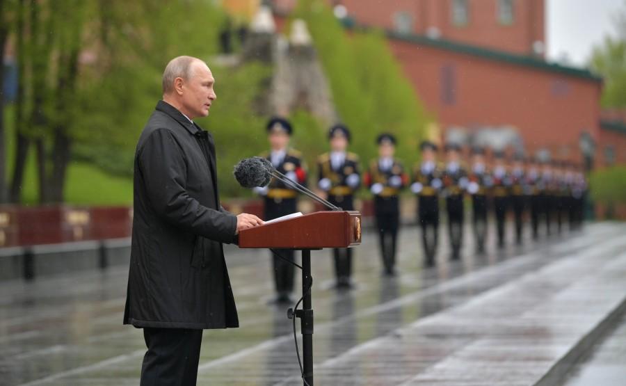 RUSSIE PH 6 SUR 26 Discours lors d'une cérémonie de pose de fleurs sur la tombe du soldat inconnu dans le jardin d'Alexandre. yVin442FM9F5x2jeFNTSYUabH7BUVJpt