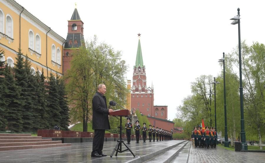 RUSSIE PH 8 SUR 26 Discours lors d'une cérémonie de pose de fleurs sur la tombe du soldat inconnu dans le jardin d'Alexandre. Uk922cSzGTYABPPPlkN6bxbWZQ9ox1Cu
