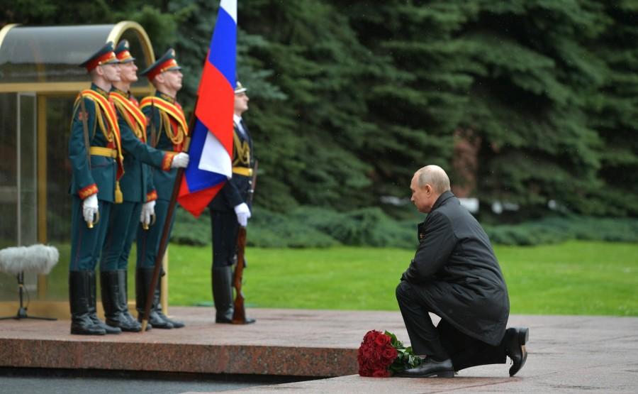 RUSSIE PH4 SUR 26 À l'occasion du 75e anniversaire de la victoire dans la Grande Guerre patriotique, Vladimir Poutine a déposé des fleurs sur la tombe du soldat inconnu dans le jardin d'Alexandre.VKRzM4pS9KR7tgmcs1T5iJC5FFNBYOMA