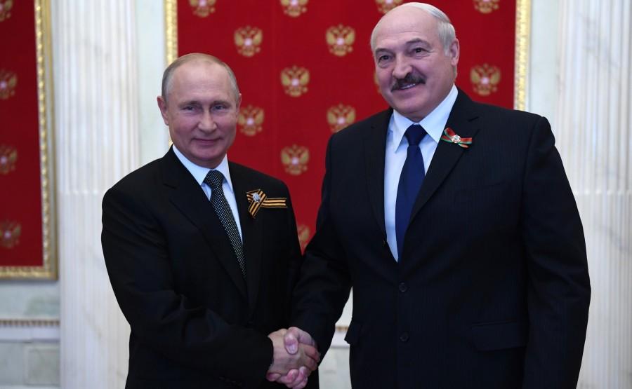 2 SUR 76 Avec le président du Bélarus, Alexandre Loukachenko avant le défilé militaire pour marquer le 75e anniversaire de la victoire dans la Grande Guerre patriotique AQscPZ2jadhWIkeHJpOhlbO0IzdeEwa3