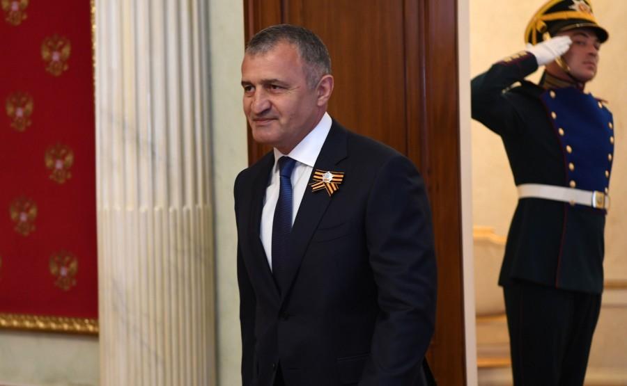 5 SUR 76 Le président de l'Ossétie du Sud Anatoly Bibilov avant le défilé militaire pour marquer le 75e anniversaire de la victoire dans la Grande Guerre patriotique. MBNZVl788YX3JCMKu63AfG8PnouoL6Ci