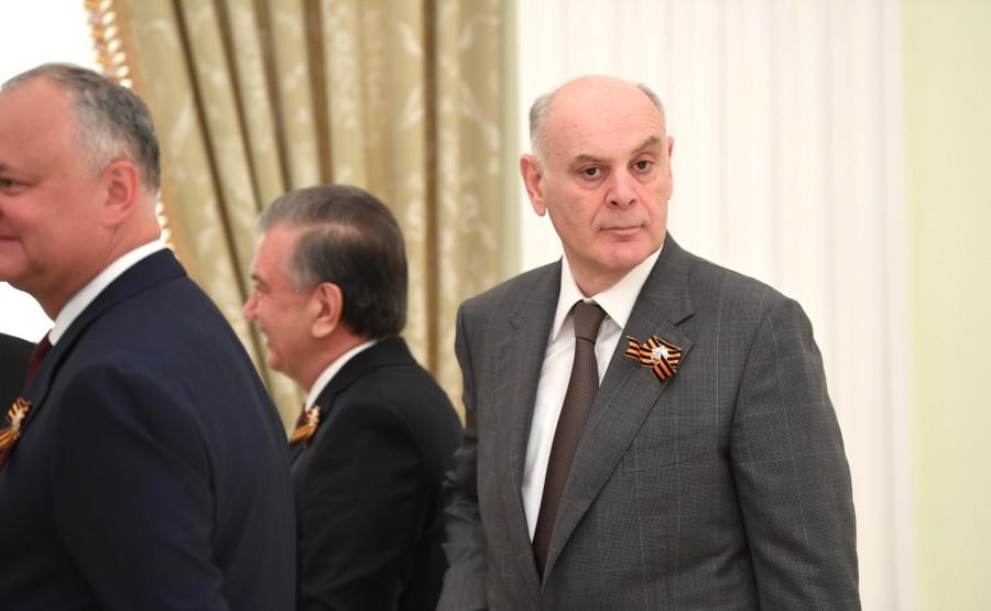 9 SUR 76 Le président de l'Abkhazie Aslan Bzhania avant le défilé militaire pour marquer le 75e anniversaire de la victoire dans la Grande Guerre patriotique.ZIUApLBLtsOAVy5n7e88eUGqbNcF6h68