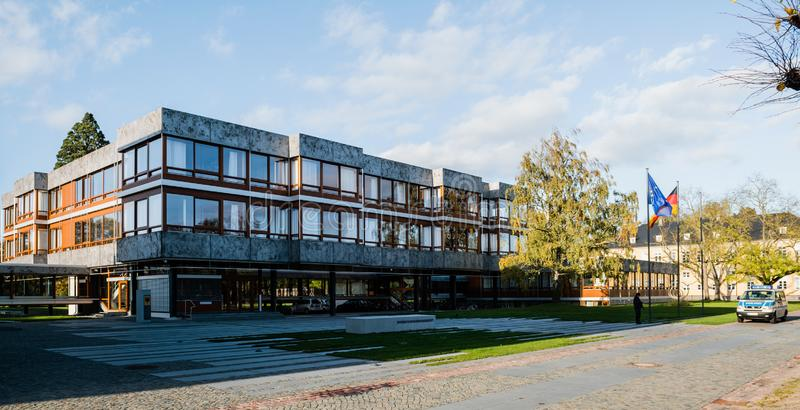 entrée-principale-à-la-cour-constitutionnelle-fédérale-karlsruhe-allemagne-octobre-bâtiment-principal-de-142646417