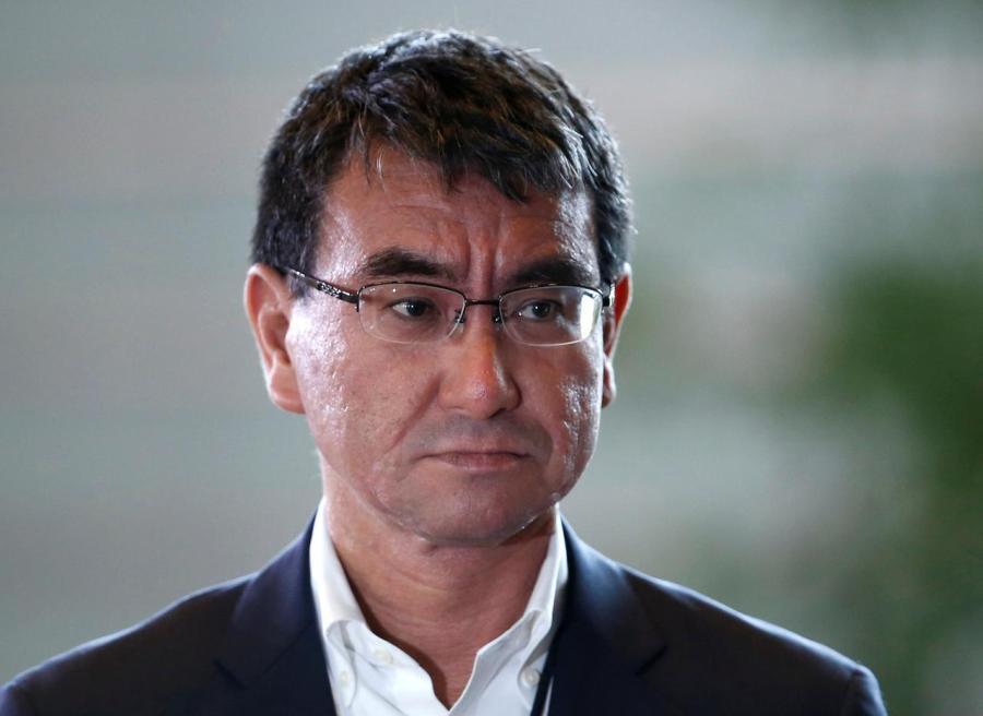JAPON le Ministre de la Défense Taro Kono s2.reutersmedia.net