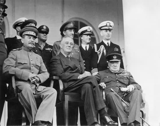Lors de la Conférence de Téhéran en 1943, Staline, Roosevelt et Churchill1313838-Conférence_de_Téhéran_28_novembre_1er__décembre_1943