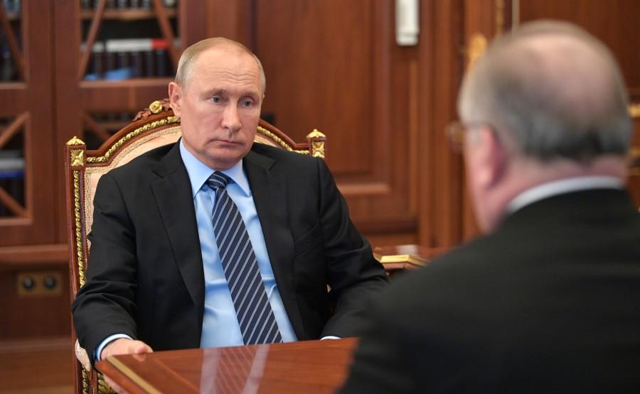 Lors d'une réunion avec le président de Transneft, Nikolai Tokarev. tPu9AEIjZ75aKW0FKdGFpq3vl2AW6XsO