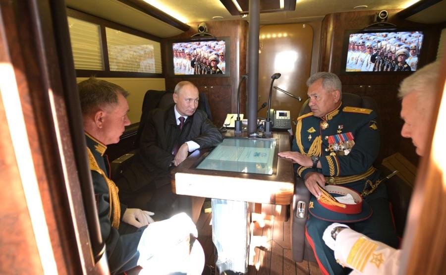 1 SUR 43 au chantier de Kronstadt - le commandant des forces du district militaire occidental, Aleksandr Zhuravlev, le ministre russe de la Défense, Serguei 4fWMMankSJnZPrcPAwNdIBMXzem8YHtU
