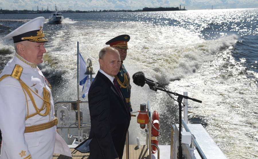 11 SUR 43 Avec le ministre de la Défense Sergueï Shoigu (à droite) et le commandant en chef de la marine russe Nikolai Evmenov. 0vaHXt69bGoW4IFG4VvvA3ofAAgbsPiR