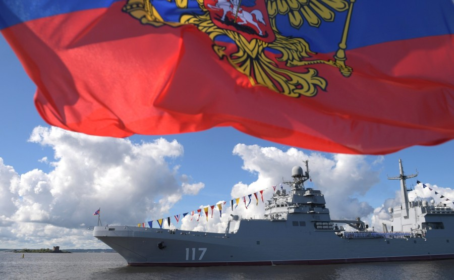 12 SUR 43 Le commandant en chef suprême d'un cutter a examiné les formations de la flotte, alignées pour le défilé dans la rade de Cronstadt. gCmDI83KHtAAsh7Kb1mfu5tqLe3Gmr0L
