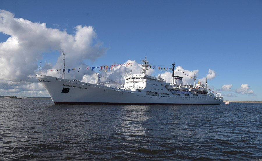 13 SUR 43 Le commandant en chef suprême d'un cutter a examiné les formations de la flotte, alignées pour le défilé dans la rade de Cronstadt. 3Hu7mupKfWDQLdIqAZWzyPavXBXe2GDn