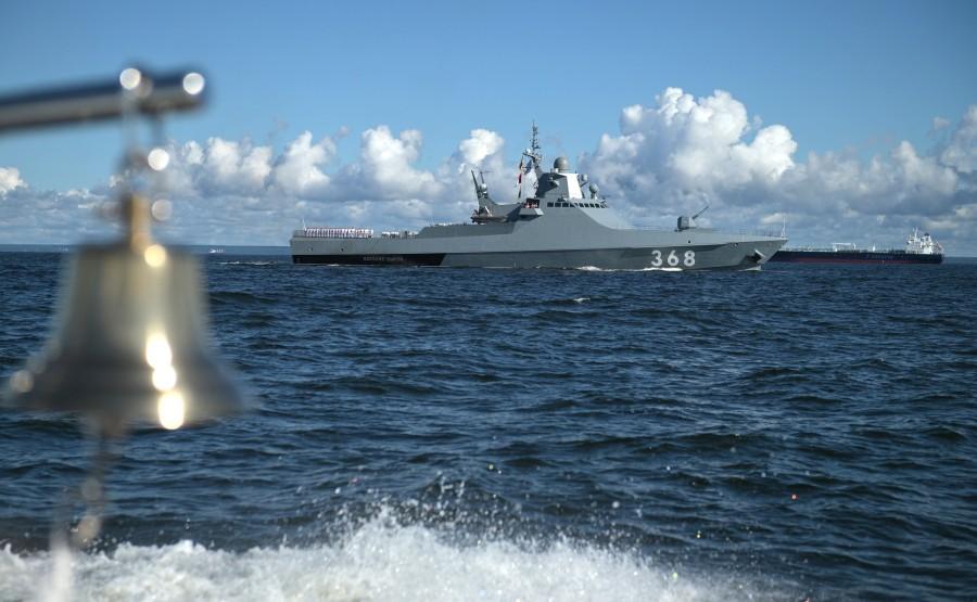 14 SUR 43 Le commandant en chef suprême d'un cutter a examiné les formations de la flotte, alignées pour le défilé dans la rade de Cronstadt. 2VPA5REtylieoPxPrm742l8fuGwbAkWz