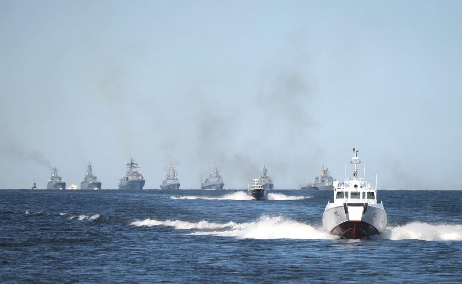 15 SUR 43 Le commandant en chef suprême d'un cutter a examiné les formations de la flotte, alignées pour le défilé dans la rade de Cronstadt. GzBnDggKIt6rrAlUwxqbt2jUeoUTg0tr
