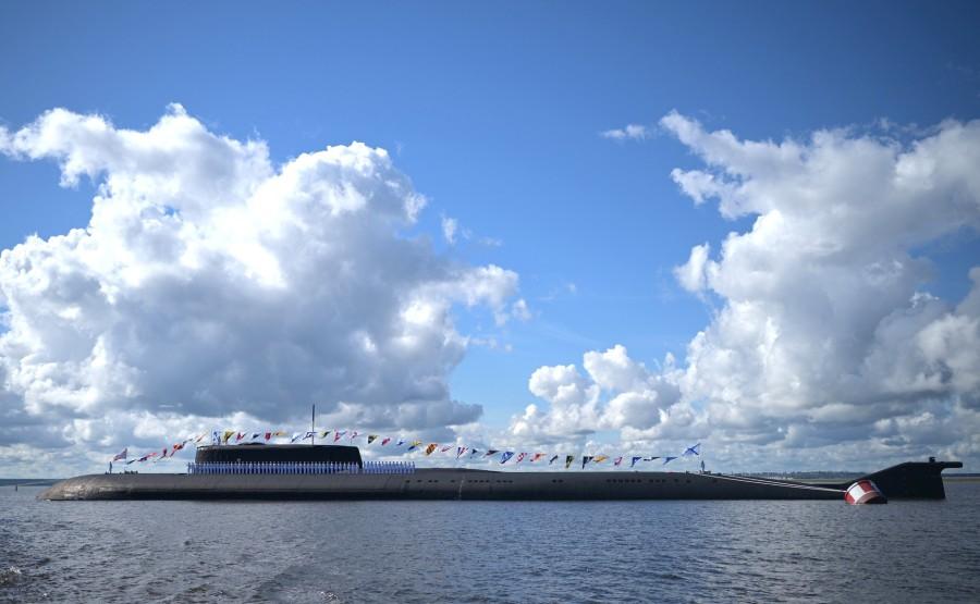 16 SUR 43 Le commandant en chef suprême d'un cutter a examiné les formations de la flotte, alignées pour le défilé dans la rade de Cronstadt. brWmJdh8CwEN1goDreIK832tMApfkiij