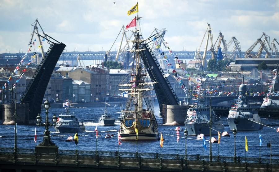 18 SUR 43 Le commandant en chef suprême d'un cutter a examiné les formations de la flotte, alignées pour le défilé dans la rade de Cronstadt. GEt2UUkNKOJZyQjdQufmrF6fRgFwQpvH