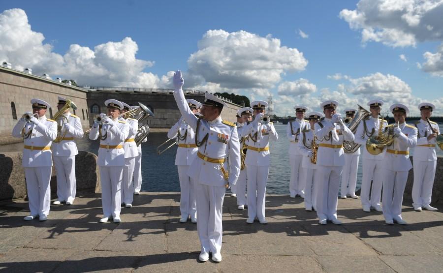 19 SUR 43 Le commandant en chef suprême d'un cutter a examiné les formations de la flotte, alignées pour le défilé dans la rade de Cronstadt. KEyXvfai8FOtnzSYcNTBIq51WAKaVGvJ