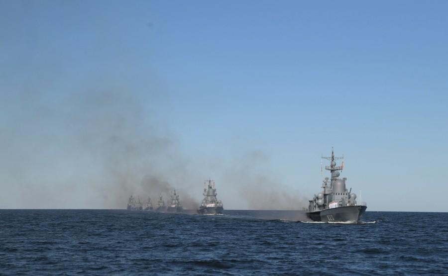 2 SUR 43 Le commandant en chef suprême d'un cutter a examiné les formations de la flotte, alignées pour le défilé dans la rade de Cronstadt. NA9zx5ox8TGUoBywewGDAE5KAQcPrmij