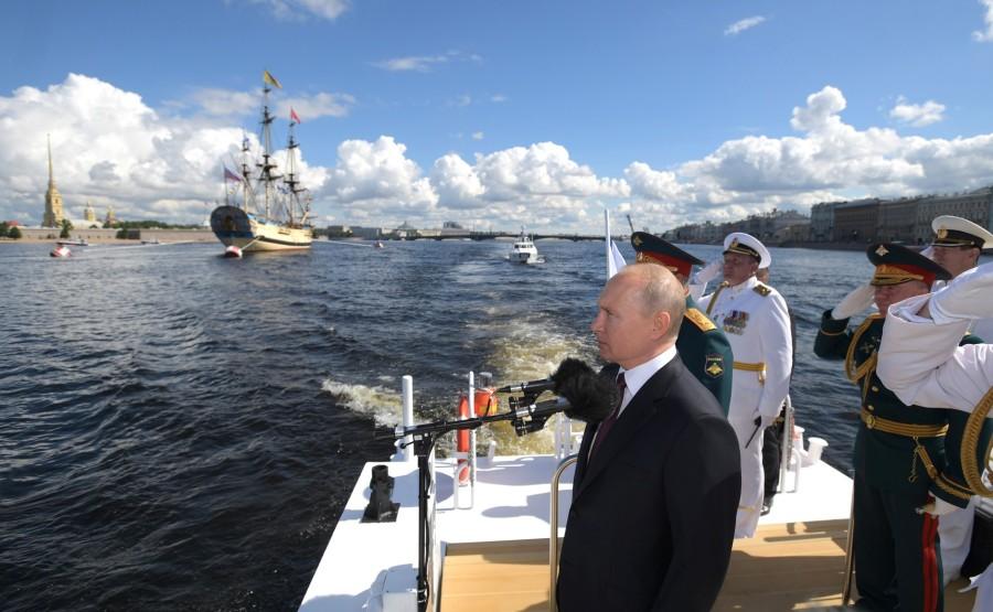 20 SUR 43 Défilé naval . Le Président, a fait le tour de la ligne de parade des navires militaires russes le long de la Neva, a salué et félicité les équipages des navires 4cH6oFjMNElG4gsBtA6KAmUYMGivW1LV