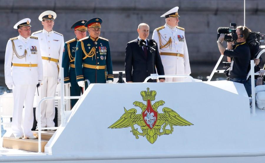 21 SUR 43 Défilé naval . Le Président, a fait le tour de la ligne de parade des navires militaires russes le long de la Neva, a salué et félicité les équipages des navires nnlkArZOxwt4rnlNLmzvI6vO5Rl2ENSH