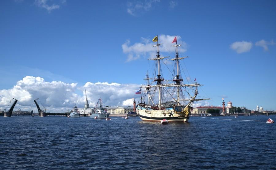 22 SUR 43 Défilé naval . Le Président, a fait le tour de la ligne de parade des navires militaires russes le long de la Neva, a salué et félicité les équipages des navires c3ORtiinMMaBbb38PsP57RGifw0InBob