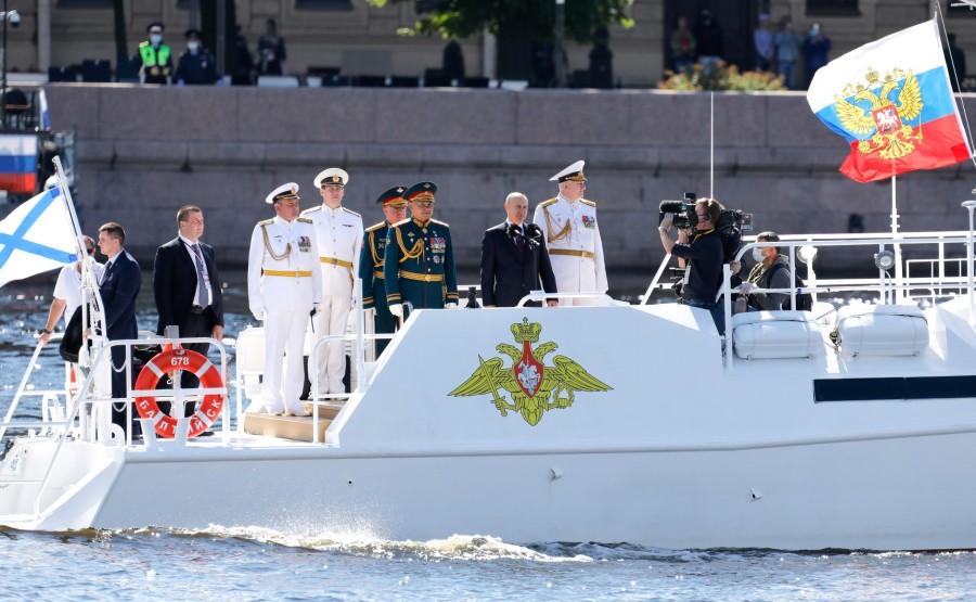 23 SUR 43 Défilé naval . Le Président, a fait le tour de la ligne de parade des navires militaires russes le long de la Neva, a salué et félicité les équipages des navires nu9UrMlqmao0PxaxDGCsvXZi1VwHkn5M