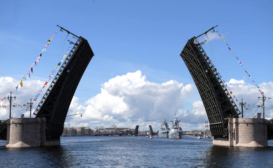 24 SUR 43 Défilé naval . Le Président, a fait le tour de la ligne de parade des navires militaires russes le long de la Neva, a salué et félicité les équipages des navires wfdb6SYLzCDaIqMrGascYeFIb0dK5N33