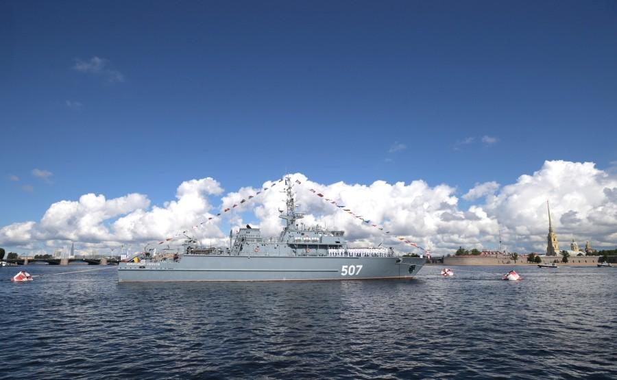 25 SUR 43 Défilé naval . Le Président, a fait le tour de la ligne de parade des navires militaires russes le long de la Neva, a salué et félicité les équipages des navires PZUY5k7JQqUdeMEqZY2pUW23RxoY0lcK