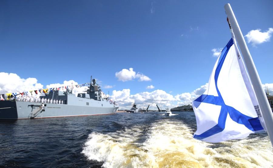 26 SUR 43 Défilé naval . Le Président, a fait le tour de la ligne de parade des navires militaires russes le long de la Neva, a salué et félicité les équipages des navires 9AryDbK1OqECgZ3tISB5AL5r4684Amn0