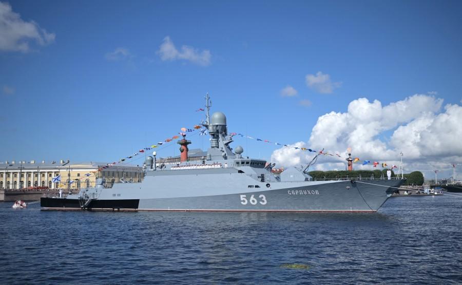 27 SUR 43 Défilé naval . Le Président, a fait le tour de la ligne de parade des navires militaires russes le long de la Neva, a salué et félicité les équipages des navires sNwH33Yl24Wl6vaghNhRu4X2BfLxKMcH