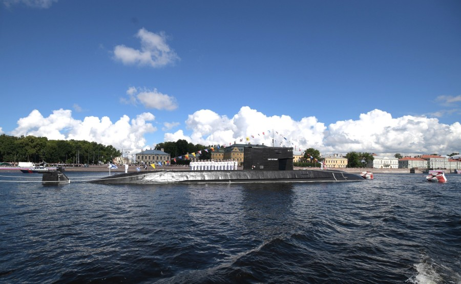 28 SUR 43 Défilé naval . Le Président, a fait le tour de la ligne de parade des navires militaires russes le long de la Neva, a salué et félicité les équipages des navires 7vNmWCXHi0D8UtCLO6JJGkEA4HyDAiXR