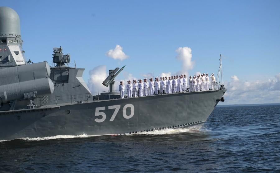 3 SUR 43 Le commandant en chef suprême d'un cutter a examiné les formations de la flotte, alignées pour le défilé dans la rade de Cronstadt. KoUU4M0jr4bvRKAAl9ajjM6Mhvw7Ssvz