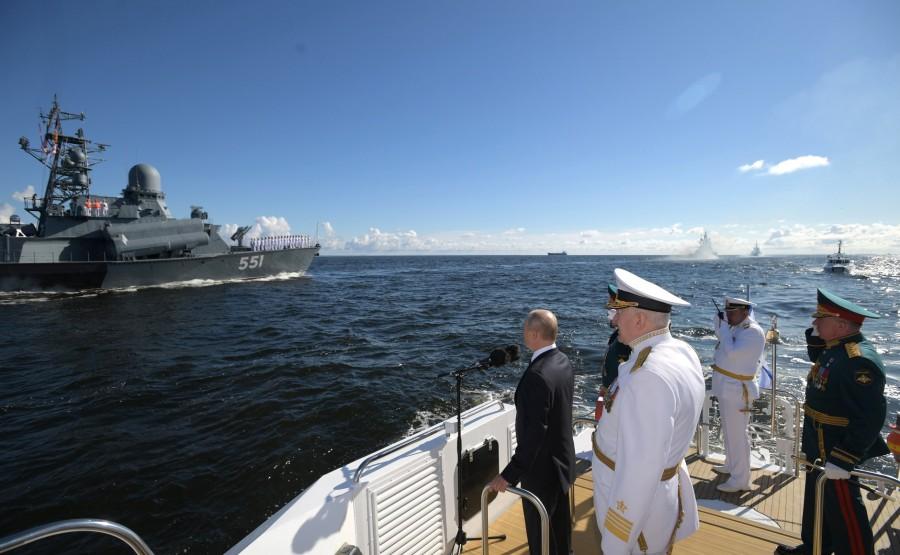 4 SUR 43 Le commandant en chef suprême d'un cutter a examiné les formations de la flotte, alignées pour le défilé dans la rade de Cronstadt. SA8L96VkeA8piHj0ALKCjWM1ALhpLldq