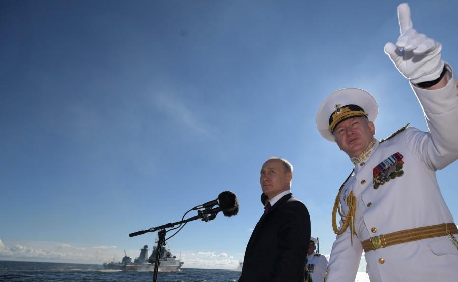 5 SUR 43 Le commandant en chef suprême a examiné les formations de la flotte Avec le commandant en chef de la marine russe Nikolai Evmenov. MnYupxQBAMocwxEJB38gon2iQOTlV64q