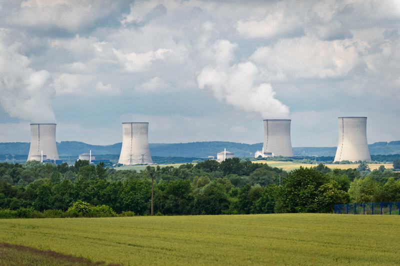 Vue des 4 aéroréfrigérants de la centrale de Cattenom (Moselle)