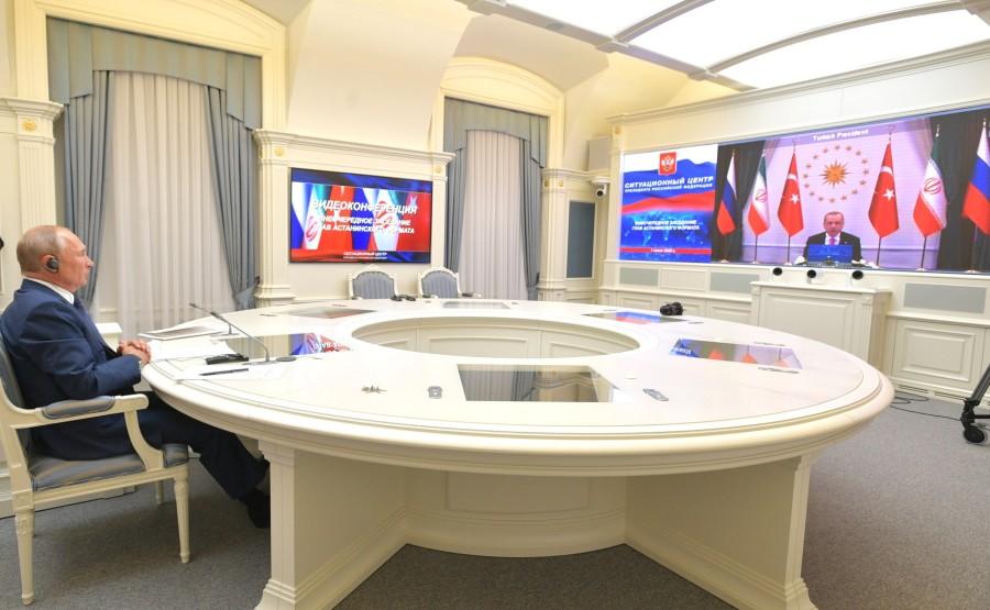 KREMLIN 2 V 3 DU O1.07.2020 Lors d'une réunion avec le président iranien Hassan Rouhani et le président turc Recep Tayyip Erdogan sur le règlement syrien (par vidéoconférence). C3CN1FsyKHY1J4XuAxUbnTW6wA3qKogn
