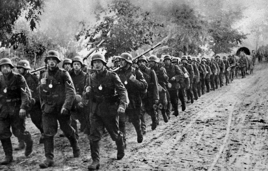 image Agence France-Presse La Pologne a dû capituler au bout d'à peine cinq semaines de combats après l'invasion des nazis le 1er septembre 1939. Sur la photo, des soldats allemands entrent sur le territoire polonais.