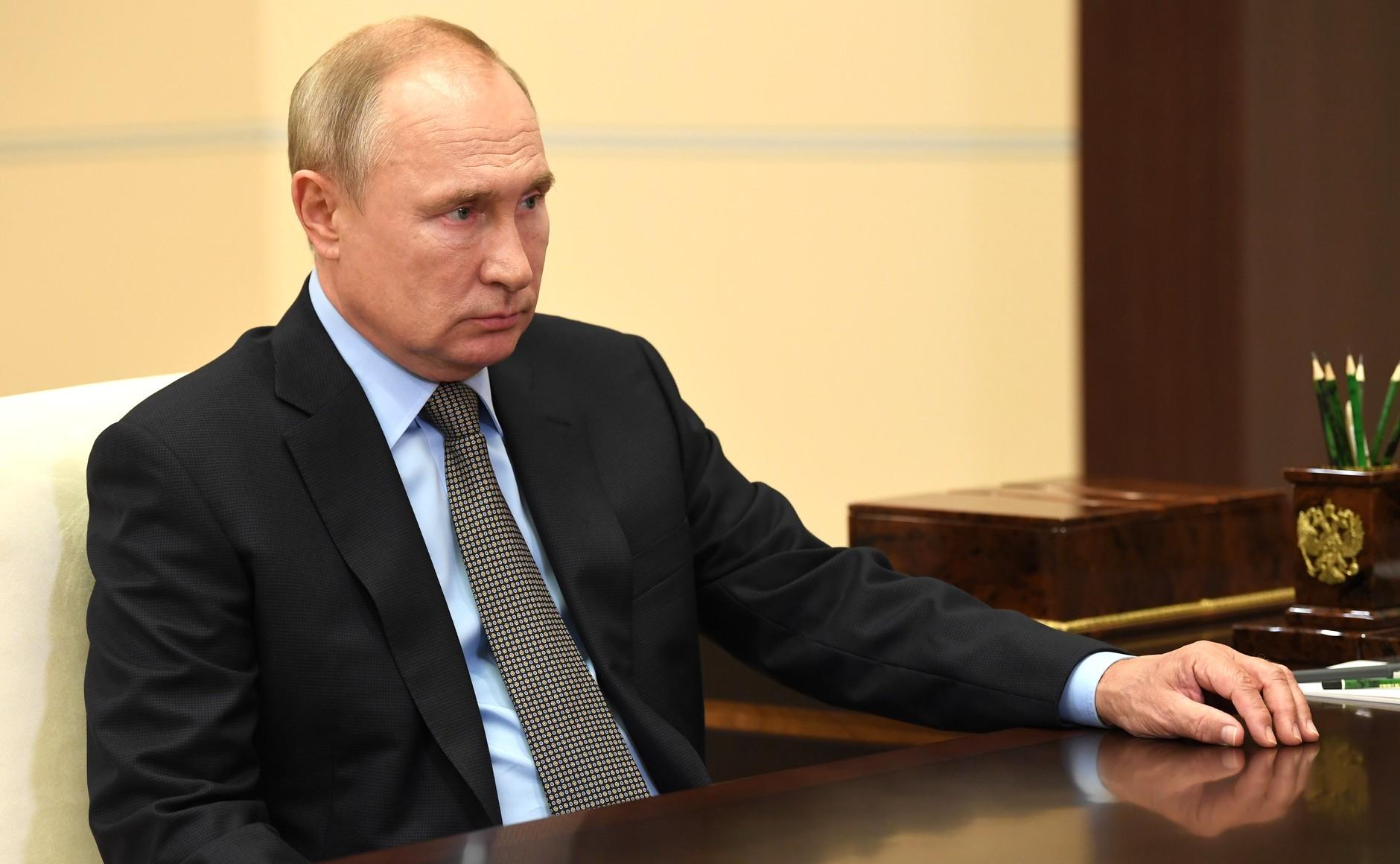 KREMLIN 2 X 4 DU 26.08.2020 Lors de la réunion avec le directeur du Service fédéral des huissiers de justice (FBS), l'huissier en chef de la Fédération de Russie Dmitri Aristov. 4HHmU9VwvIsx6RBJgh4dsTpJiVRjhVNY