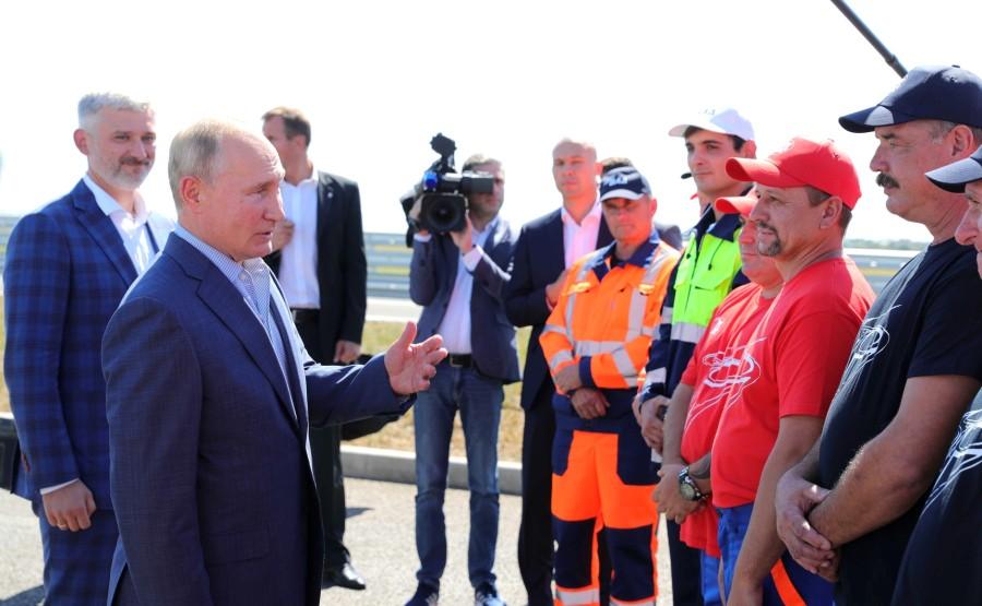 KREMLIN 2X7 DU 27.08.2020 Vladimir Poutine s'entretient avec des travailleurs du VAD qui ont contribué à la construction de l'autoroute de Taurida. sphxWB2XUZAKRisAKC5oXvX0NfHDTZd8