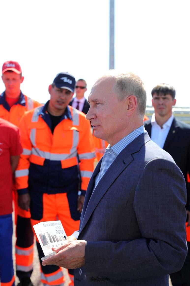 KREMLIN 3X7 DU 27.08.2020 Vladimir Poutine s'entretient avec des travailleurs du VAD qui ont contribué à la construction de l'autoroute de Taurida. Upf8PkARywKVOfb7YEqqYReD5F2VU5zv