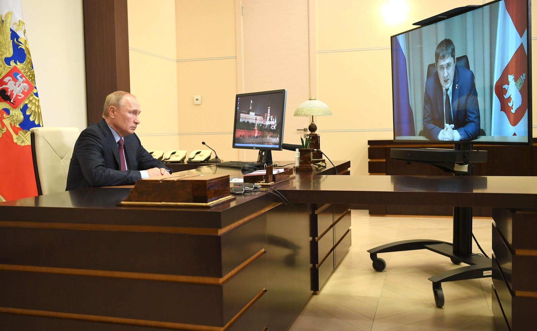 kremlin PH 1 X 2 DU 17.08.2020 Réunion de travail avec le gouverneur par intérim du territoire de Perm Dmitry Makhonin (par vidéoconférence). JkwQ3dJOLu42rZFhggRZaoidAZhfqEdZ