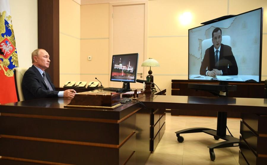 KREMLIN PH 1 X 3 DU 15.08.2020 Rencontre avec le gouverneur par intérim de la région d'Arkhangelsk Alexander Tsybulsky (par vidéoconférence). 9KAkollQQAiuF8l8aAB8IsvOeFCRSSAA