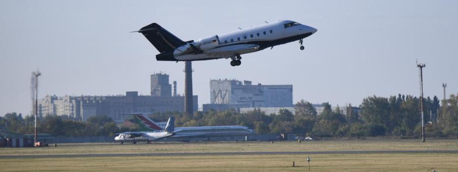 L'avion médicalisé transportant l'opposant russe Alexeï Navalny vers un hôpital d'Allemagne décolle de l'aéroport d'Omsk en Russie le 22 août 2020. (ALEXANDR KRYAZHEV SPUTNIK AFP)22028391