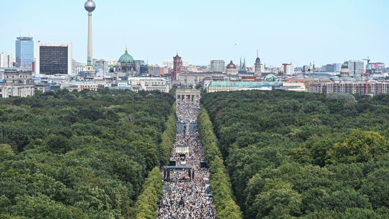 Manifestation-contre-les-mesures-destinees-a-lutter-contre-le-coronavirus-le-1er-aout-2020-a-Berlin-381388