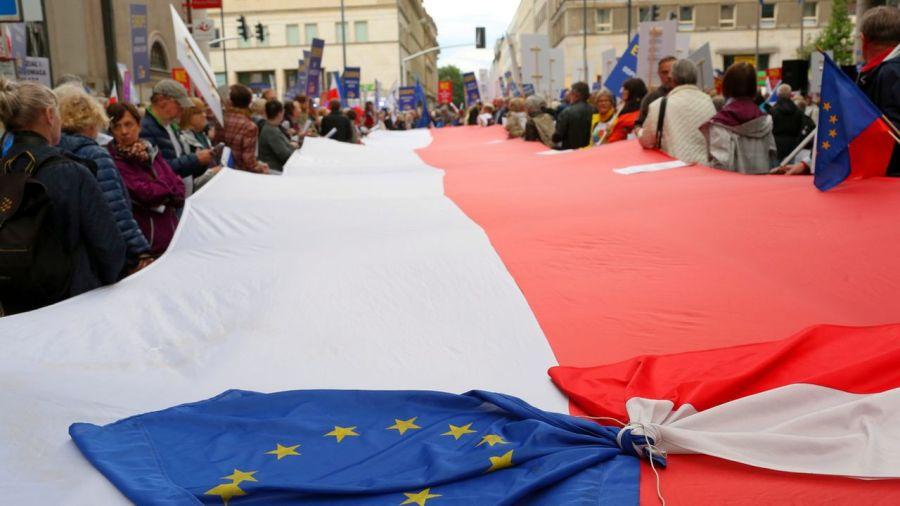 pologne Des Polonais réunis devant le bâtiment de la Commission européenne à Varsovie pour protester contre la politisation de la Cour suprême, le juin 2018. [Adam Guz - keystone] 9688656.image