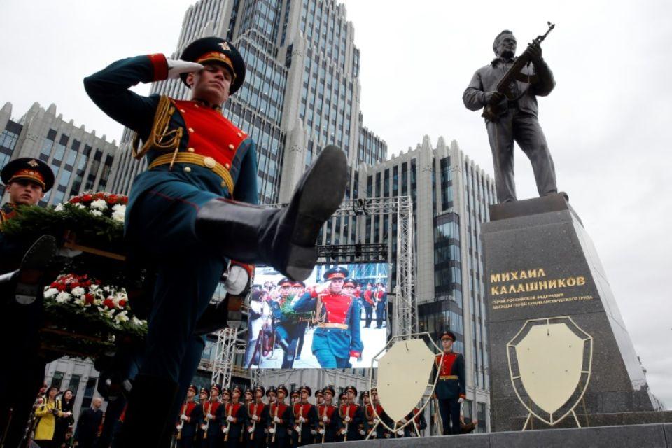 Fête des Armuriers de Russie du 19 SEPTEMBRE --une-statue-de-l-ingenieur-sovietique-mikhail-kalachnikov-inventeur-du-legendaire-fusil-d-assaut-qui-