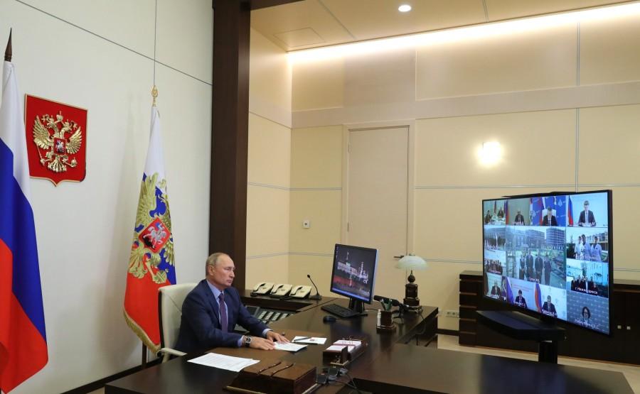 KREMLIN 1 SUR 3 DU 08.09.2020 Lors d'une réunion sur les mesures de secours pour l'inondation survenue dans la région d'Irkoutsk en 2019 (par vidéoconférence).AhR78eRk1W5O1ChU2Wjcf36wdj4Zjcy3